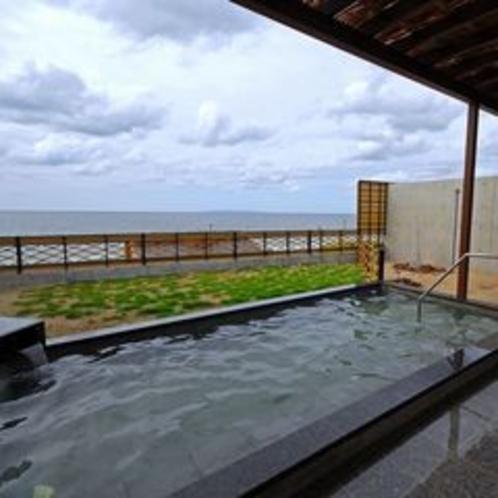 日本海の水平線を眺めて露天風呂