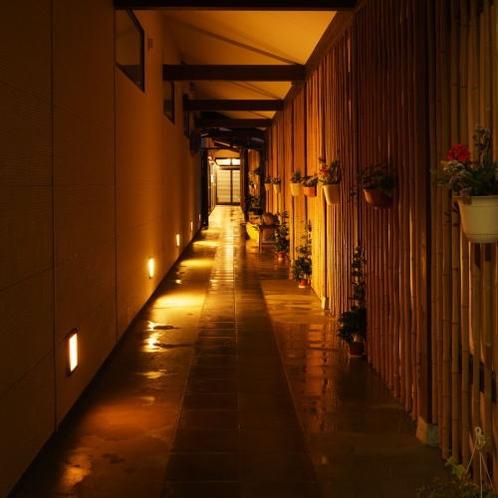 別邸『華海廊』廊下。全室露天風呂付。メゾネットにはツインベッドルーム。