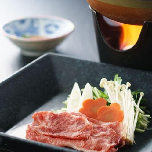 和牛しゃぶしゃぶは特製ポン酢とともに。とろける食感と甘みをご堪能ください。