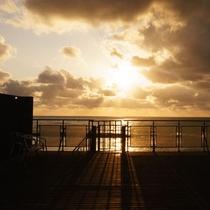 厚い雲の狭間から夕陽が見えた瞬間。テラスより