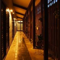 別邸『華海廊』廊下。しっとり、ゆったり全室露天風呂とメゾネットがございます。