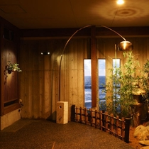 本館から別邸『華海廊』への廊下。スリット窓から日本海が・・。
