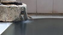 """赤倉温泉の大浴場。天然温泉の証""""湯の花""""が舞うこともあります。"""