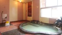 """赤倉温泉の大浴場(男湯)。天然温泉の証""""湯の花""""が舞うこともあります。"""