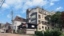 外観 赤倉温泉の中心街に当館はございます。