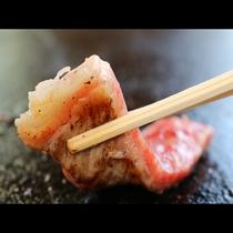 溶岩プレートで焼く食材は、遠赤外線が放射され食材の内側からあたためられるため、旨みがギュッと閉じ込め