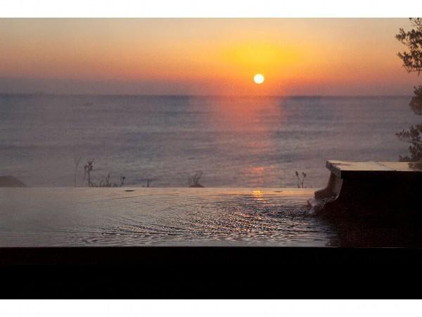 朝日が昇る雄大な自然