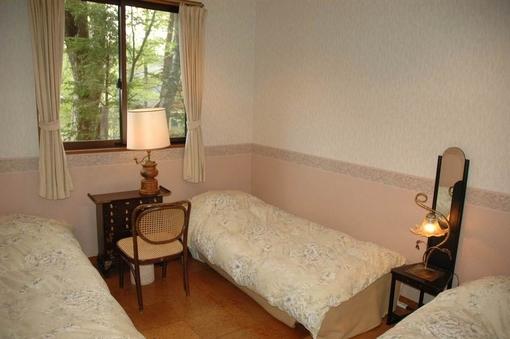 ヨーロッパの照明器具が飾られた雰囲気のある3人室