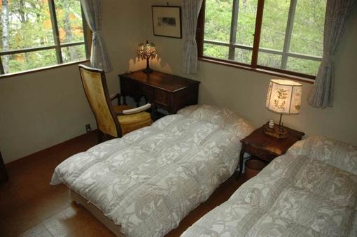 ヨーロッパの照明器具が飾られた雰囲気のある客室