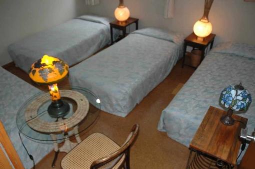 ヨーロッパの照明器具が飾られた雰囲気のある4人室