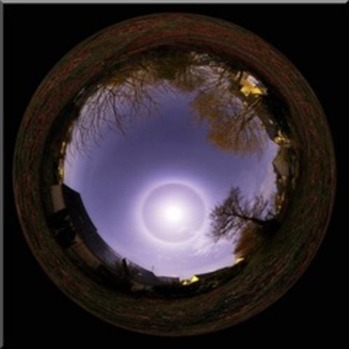 月を丸で囲む