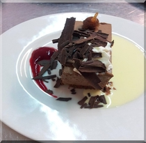 イチジクの赤ワイン煮の入ったチョコレートムース ラズベリーのソース