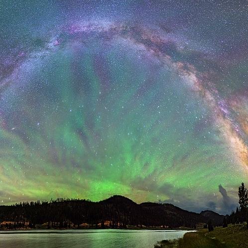 湖上の緑光と銀河
