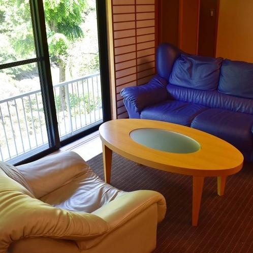 孔雀のお部屋にはソファーもご用意しております