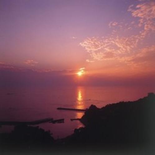 当館からの眺め。水平線から昇る朝日(春~夏)