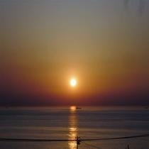 水平線から昇る、感動の朝日