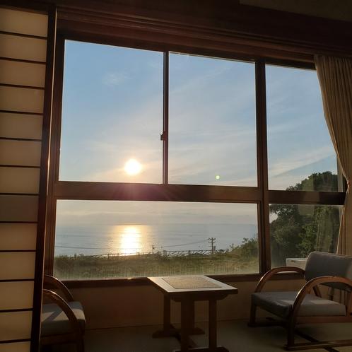 お部屋から眺める、水平線から昇る朝日