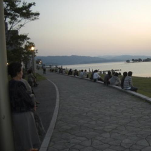 宍道湖夕景を鑑賞する人々