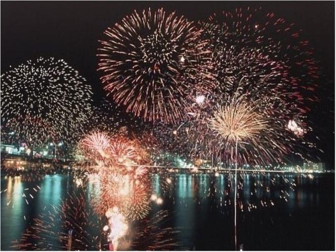 湯河原海上花火大会【7月下旬】