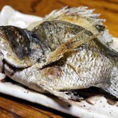 夕食一例(黒鯛の塩焼き)