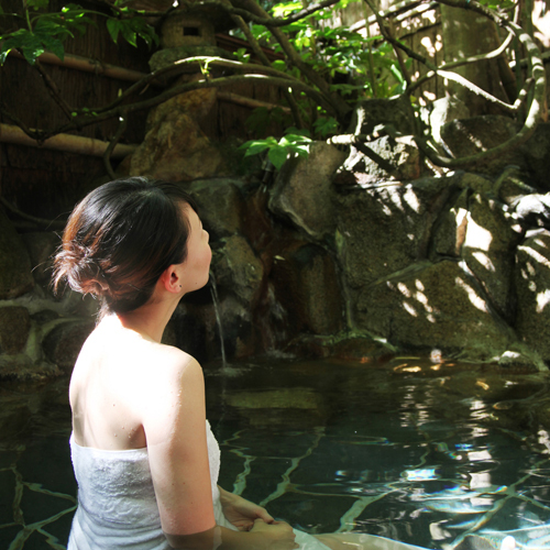 【野趣あふれる露天風呂】日差しを浴びて輝く緑の木々を見ながらの入浴は、また格別です。