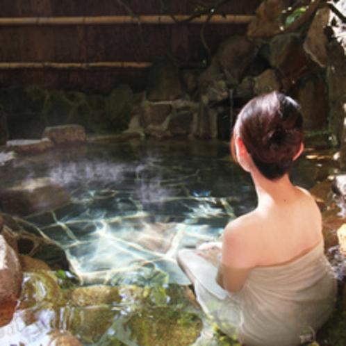 """【野趣あふれる露天風呂】竹亭の""""湯郷最古の露天風呂""""で、鄙びた竹林の情緒をお楽しみください。"""