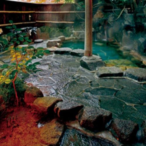 【野趣あふれる露天風呂】さわさわと鳴く竹林に囲まれた露天風呂。秋には紅葉狩りをしながらご入浴いただけ