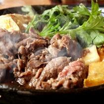 【岡山和牛のすき焼き鍋】濃厚な地鶏卵を絡めてお召し上がりください。