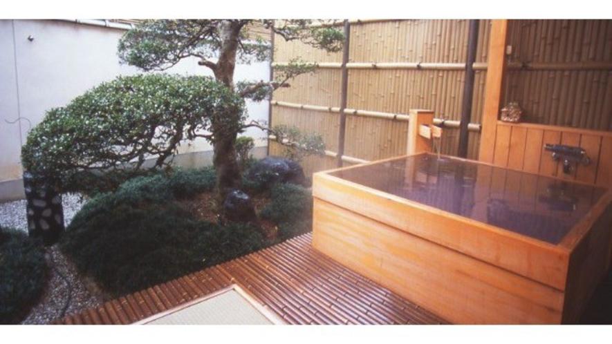 【露天風呂付客室】檜のお風呂