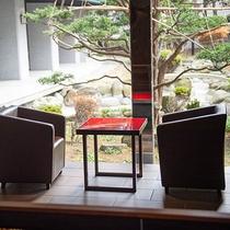 【ウォーターサイドカフェ YUGEN】窓からは静かに鎮座する日本庭園。景観美を眺めコーヒーを嗜む。