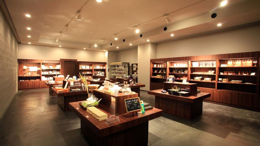 【shops N】当館オリジナル商品の他、函館・道南をはじめ北海道の人気のお土産が揃います。
