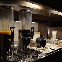 【ウォーターサイドカフェ YUGEN】コーヒーやソフトドリンクなどを無料にてご用意しています。