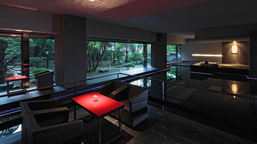 【ウォーターサイドカフェ YUGEN】津軽海峡や函館港等をイメージした水盤を囲む様に配したテ-ブル