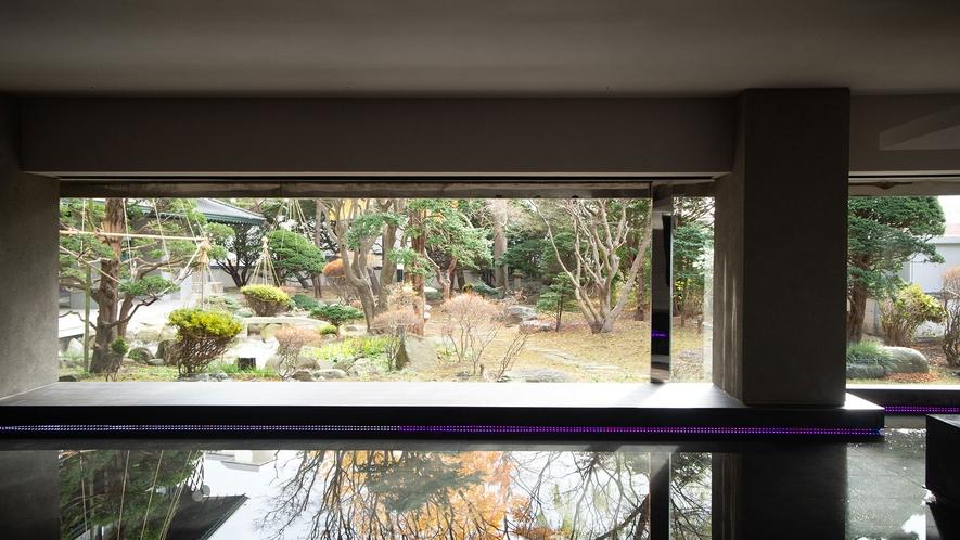 【日本庭園】ラウンジやお部屋、お食事処など、館内の至る所からその姿を望むことができる日本庭園。