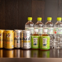 【サービスドリンク】客室冷蔵庫内には、缶ビールやミネラルウォーターなどをご用意。※画像は2名様分