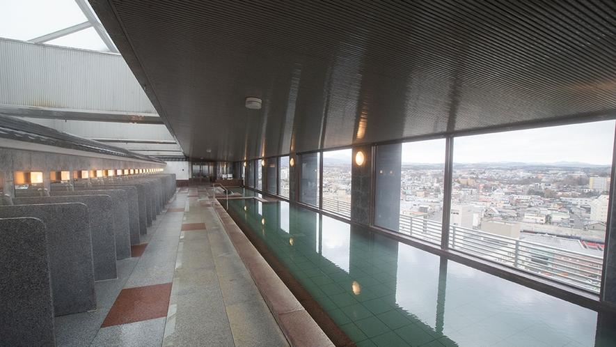 【展望大浴場】どこにいても眼下に広がる大パノラマを臨めるように、縦長に湯船を配置しています。