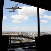 【SKY SALON BOUKYOU】函館空港からすぐそばの立地。着陸する飛行機の腹が見える近距離。