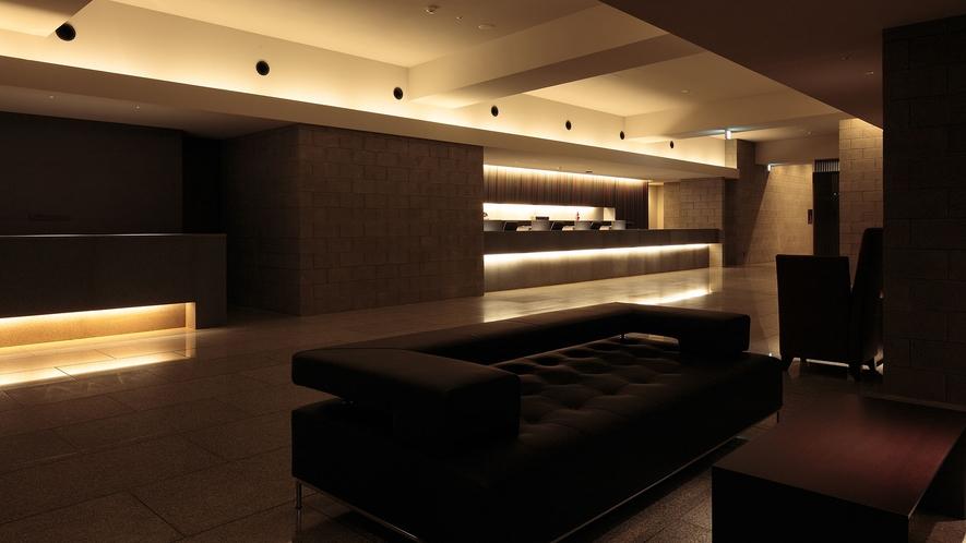 【1Fフロア】開放感のあるシンプルなロビースペース。