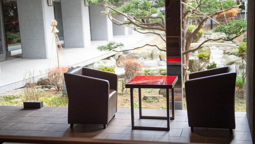 【ウォーターサイドカフェ YUGEN】窓からは静かに鎮座する日本庭園。景観美を眺めながらコーヒーを