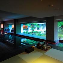 【茶室 夢窓庵】ウォーター・サイド・カフェの一角にある、水盤に浮かぶ異空間。