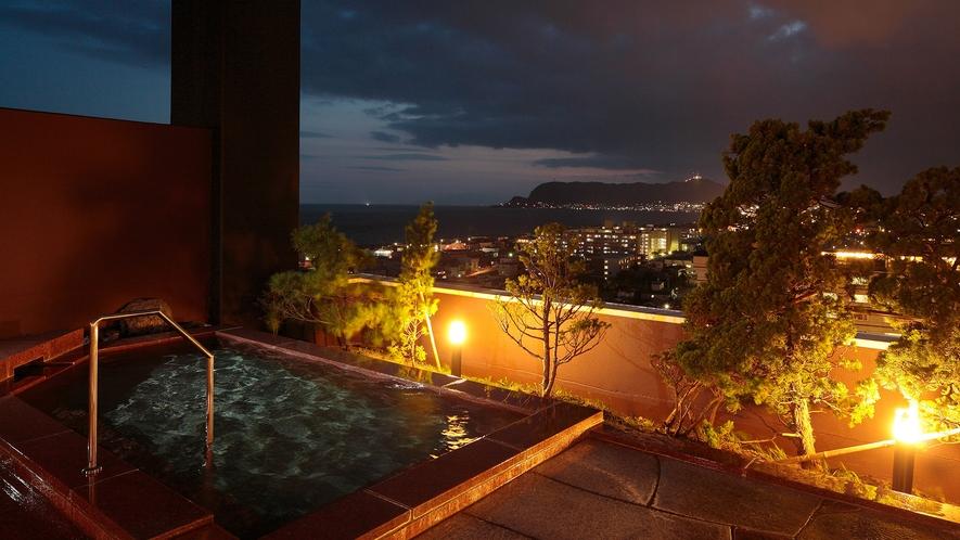 【展望露天風呂】目の前を遮るものが何もない天空の温泉から函館の街並みを眺める。