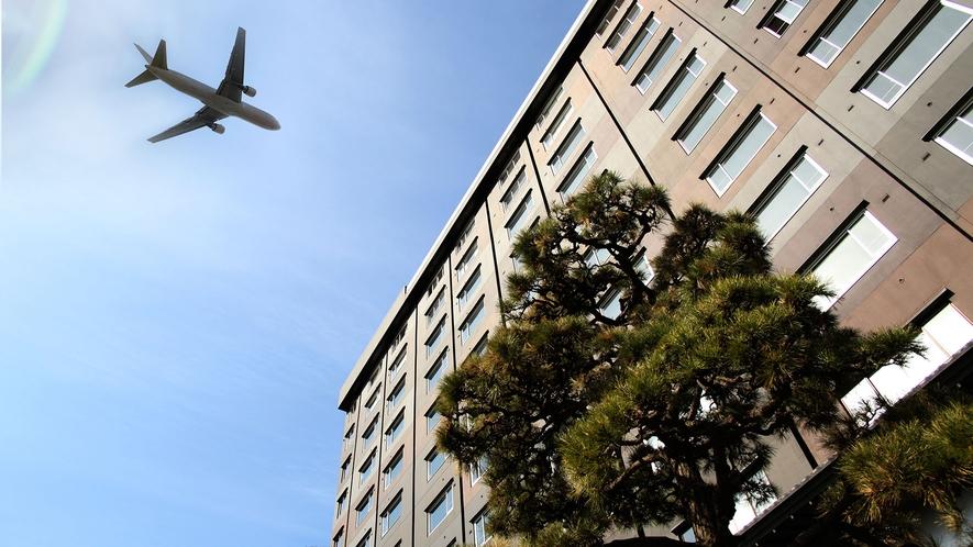 【外観】当館の真上を通過する飛行機。函館空港から近くの立地の為、着陸する飛行機がすぐ真上を通ります