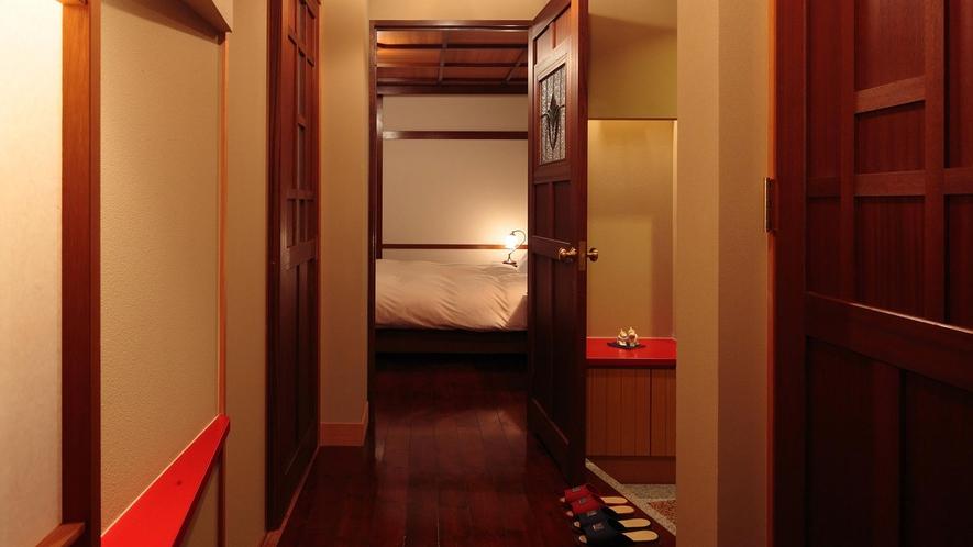 【WAMODERN和洋室】和室と洋室をつなぐ廊下。ドアのステンドガラスがオシャレです♪