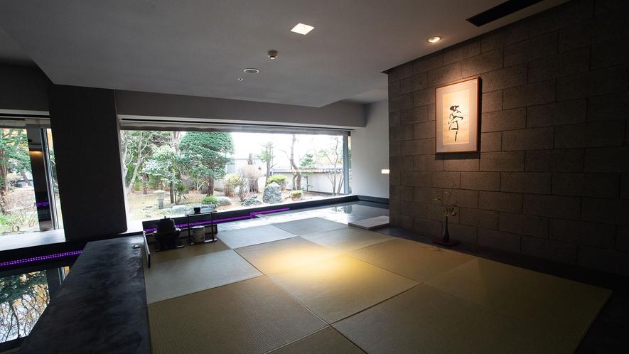 【茶室 夢窓庵】琉球畳の上に静かに腰を下ろす。そこから眺める日本庭園もまた、一興です。