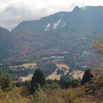 *サイクリングロードからの仙石原の大箱根カントリークラブと大涌谷の噴煙地、そして神山です。