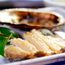 アワビのお造りは、コリコリとした食感とお造りでしか味わえない磯の風味が絶品!