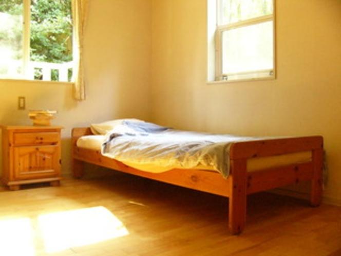 206号室、南側角のお部屋です。鳥の声、虫の声 お楽しみください。
