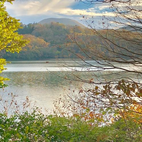 一碧湖から大室山を望む