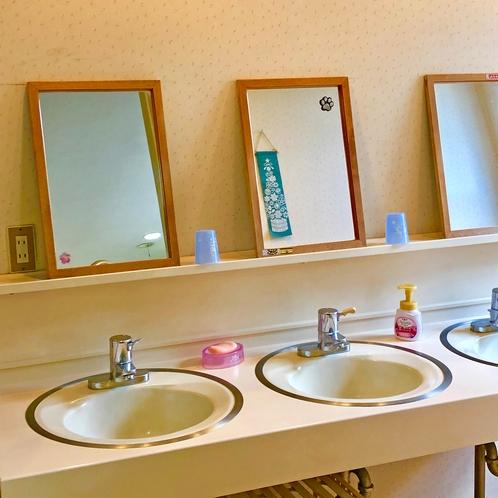 2階の洗面化粧台です。1階、浴室の隣にもうひとつ。