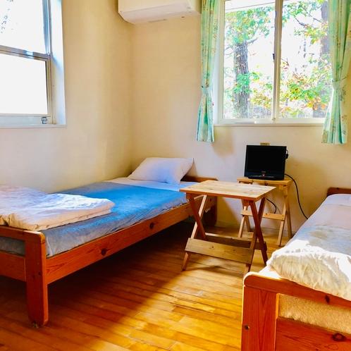 207号室、ベッドも床も木製です。テレビの台は手作りしました。